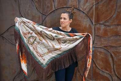 Wayome Upcycline le foulard en soie marron et vert ouvert cote beige