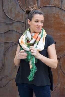Wayome upcycling le foulard en soie vert jardin regard droite