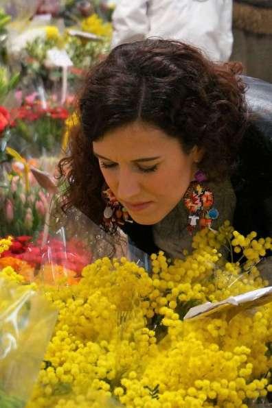 Wayome upcycling faire son marché avec de belles boucles d'oreilles en canevas sentir fleur regard bas