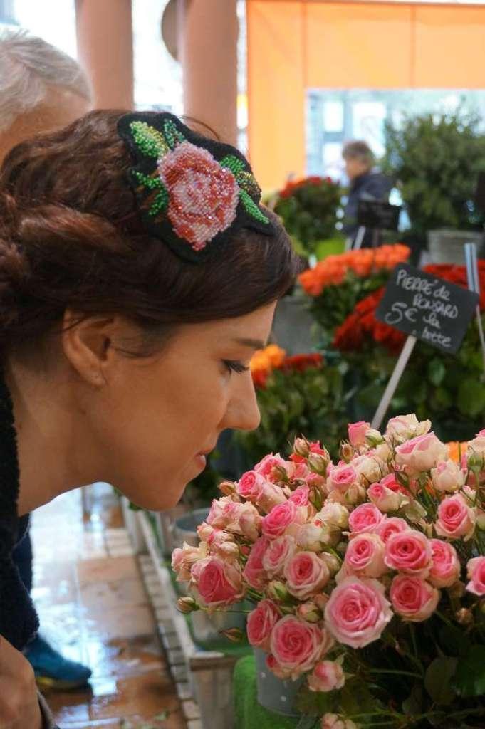 Wayome upcycling Un headband avec une rose en canevas rebrodée de perles de rocailles tête dans roses