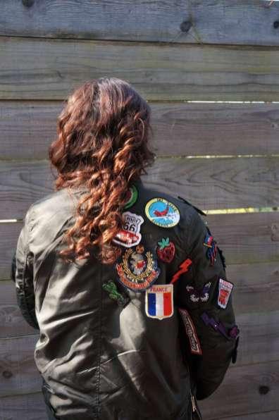 Wayome Upcycling Upcycling d'un bombers avec des patchs porté dos