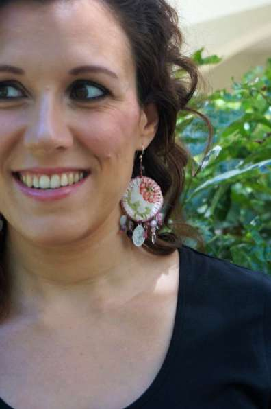 Wayome upcycling Boucles d'oreilles en canevas rose sourire regard gauche