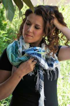 Wayome upcycling Le foulard caméléon main dans cheveux