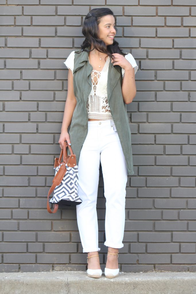 monochromatic outfits for Summer with white jeans and white top