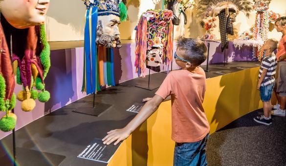 """Résultat de recherche d'images pour """"enfants dans le musée du masque de binche photos"""""""
