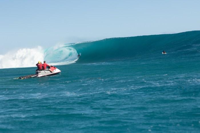 Mark Healey entubando uma onda perfeita em Cloudbreak