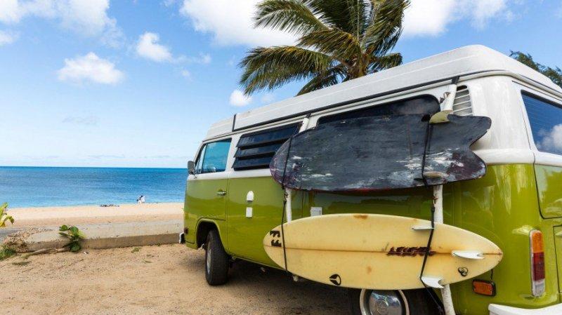kombi - pranchas - praia - mar - Surf trip