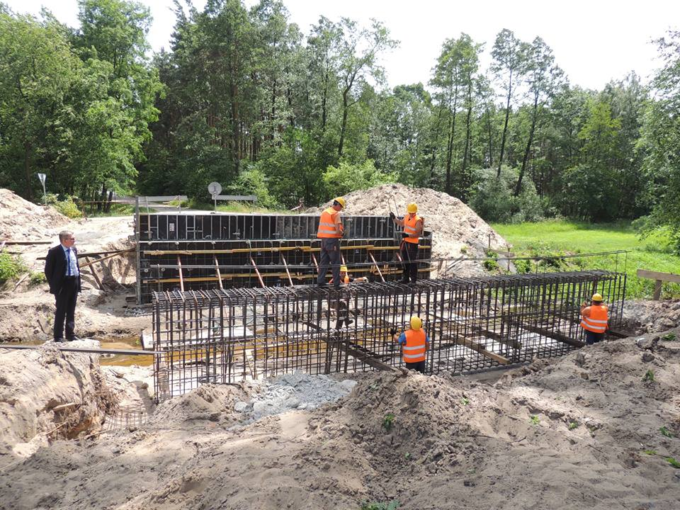 Trwa odbudowa mostu przez rzekę Babulówkę