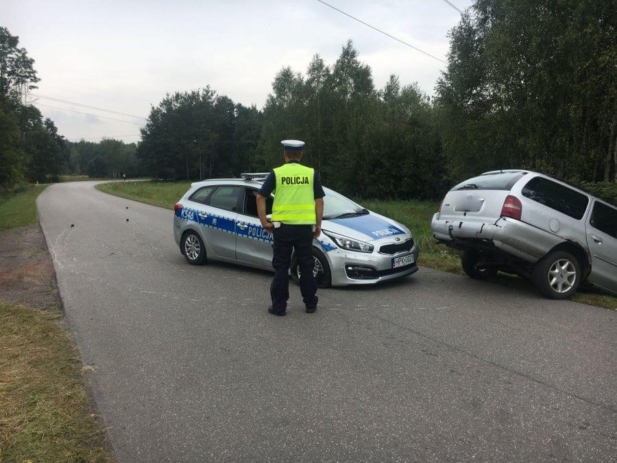 W trakcie próby wyprzedzenia, dwukrotnie uderzył swoim autem w radiowóz
