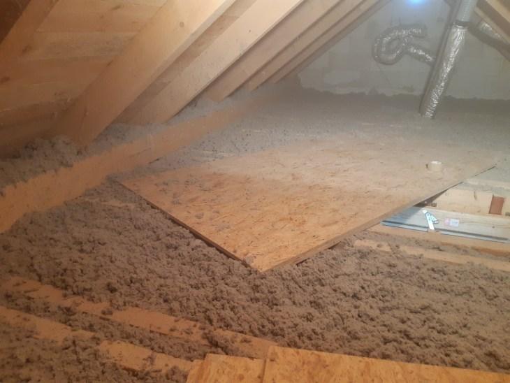 wdmuchiwanie izolacji termicznej do ocieplenia domku jednorodzinnego