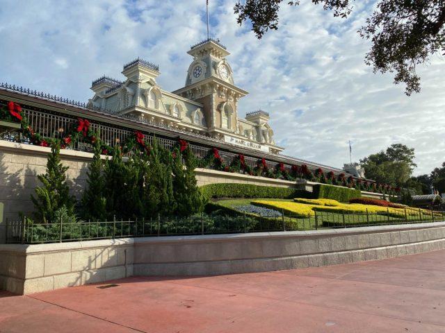christmas-magic-kingdom-2020-decorations_11