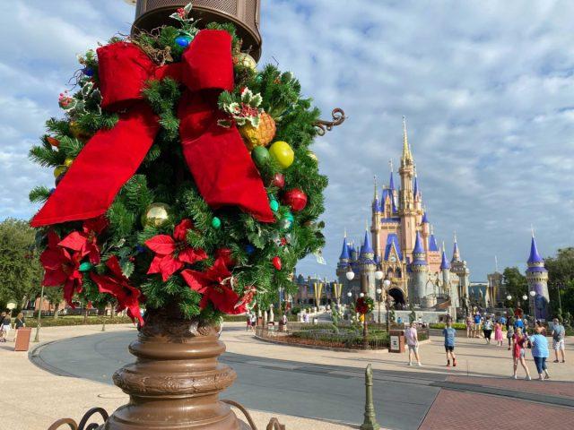 christmas-magic-kingdom-2020-decorations_23