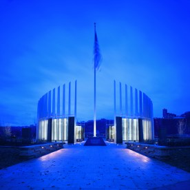 Southwestern Pennsylvania World War II Memorial. Pittsburgh, Pennsylvania (USA) Lighting design: Hilbish McGee Lighting Design Artist: Larry Kirkland Landscape Architect: Design Workshop Photo: Ed Massery