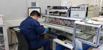 電気的チェック装置を使ったチップ抵抗器の選別作業
