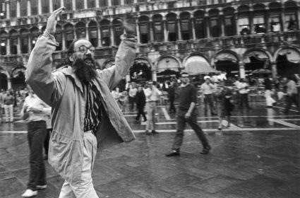 0pittore Vedova contesta la polizia alla Biennale di Venezia del 1968- foto Berengo Gardin_2315_34637.jpg