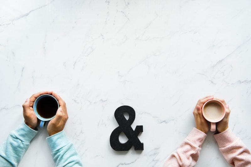 カップルの手とコーヒー