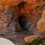 вход в пещеру с автографами туристов