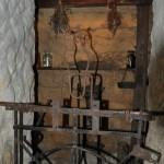 Ниша с экспонатами в подвале музея