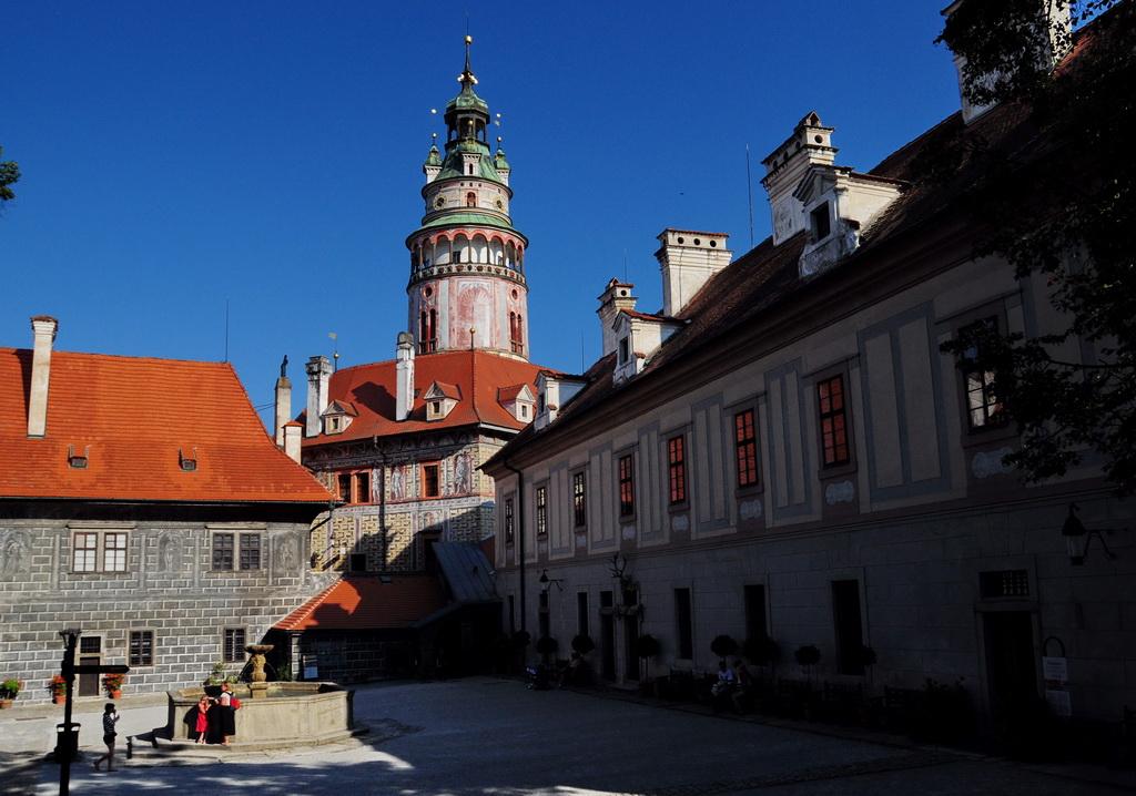 Замковый двор и вид на башню Градек
