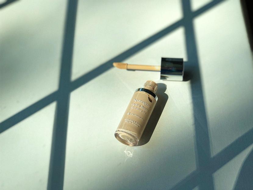 Neutrogena Hydro Boost Hydrating Tint, bottle flat lay showing applicator