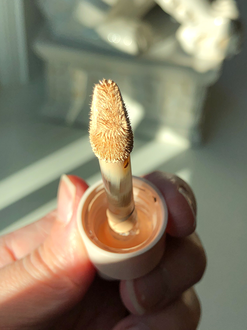 Showing the doe-foot applicator on a new concealer