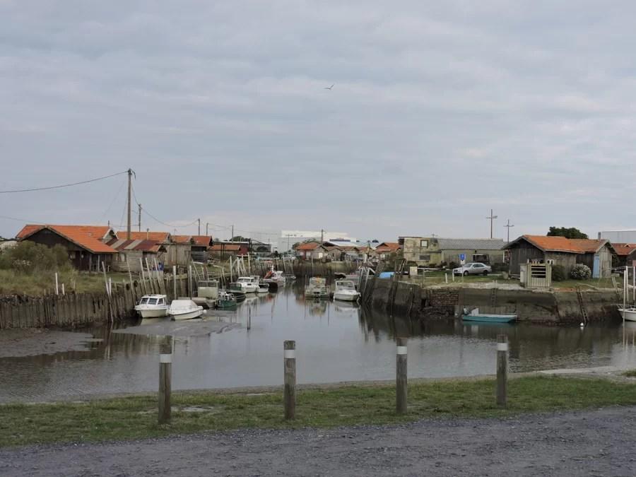 Nel porto si trovano tanti venditori di ostriche fresche e ristoranti in cui questo mollusco la fa da padrone nel menu