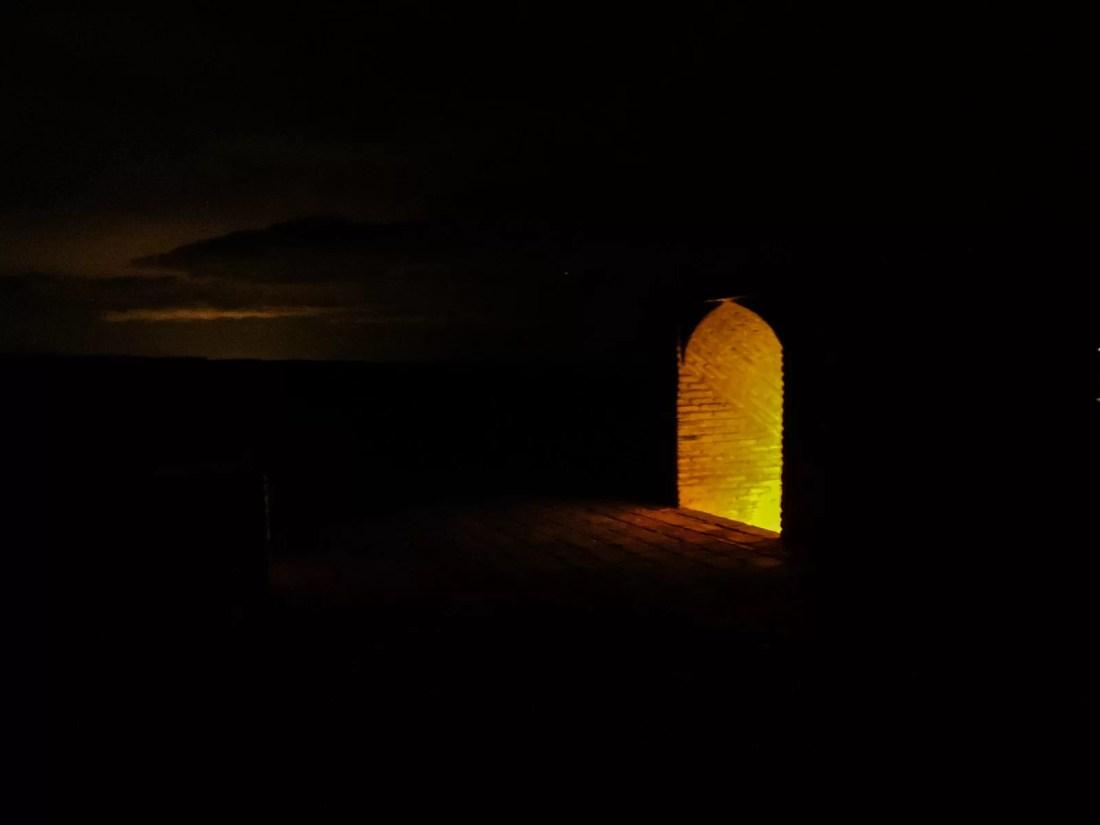 Il nero e la notte: la porta d'ingresso al tetto del caravanserai Zein o Din in mezzo al deserto