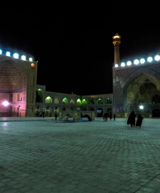 Il nero e l'islam: La piazza antistante la grande moschea Masjid-e-Jameh a Isfahan