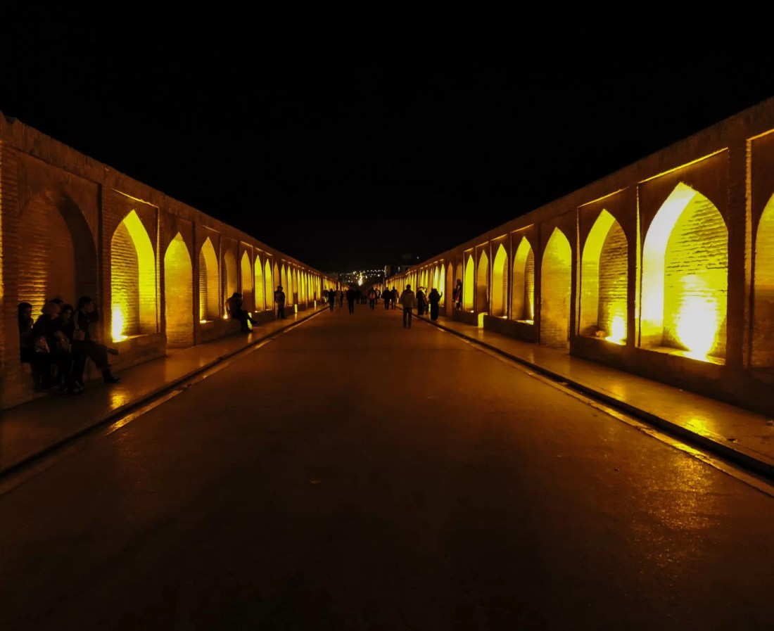 Il nero e la notte: il ponte Si-o-se-Pol illuminato a Isfahan