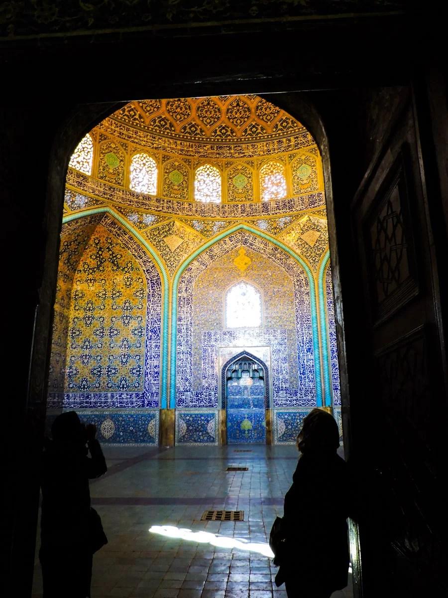 Il nero dei contrasti: L' interno stupefacente della moschea Loftollah a Isfahan
