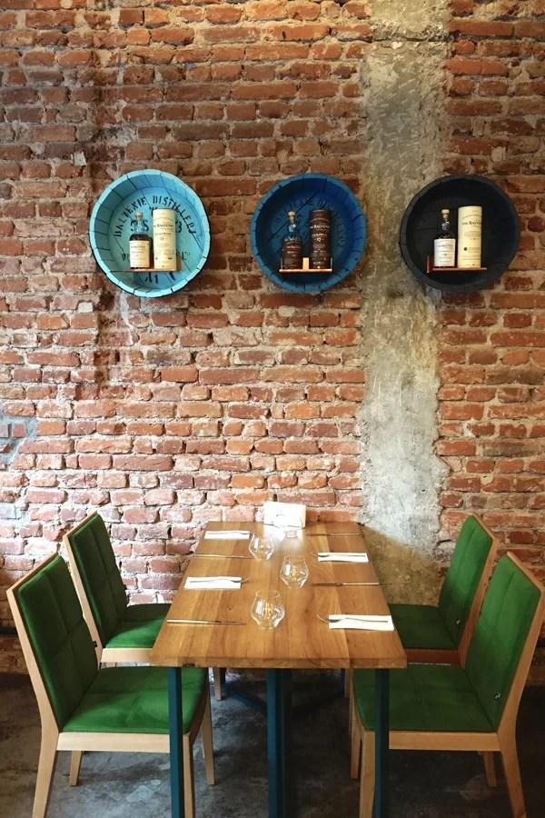 Gli interni di design del ristorante bulgaro Cosmos a Sofia