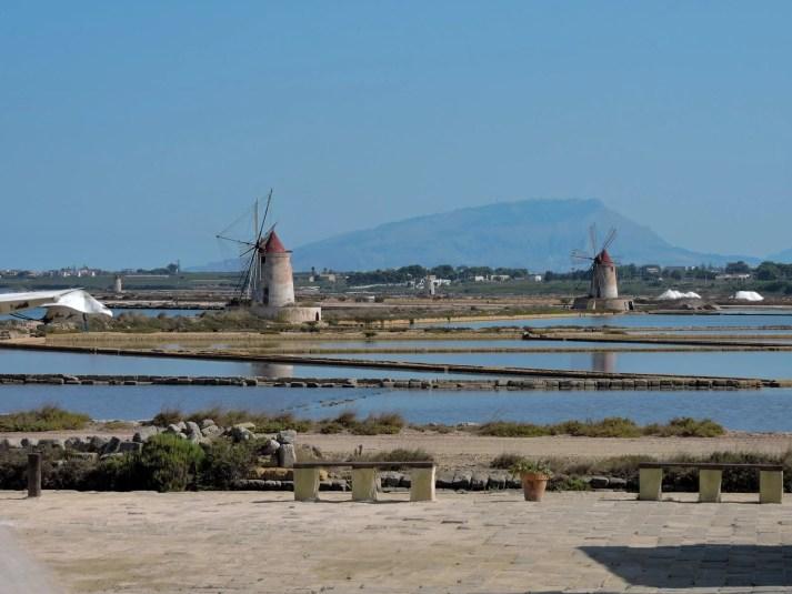 i mulini delle saline di Trapani, sullo sfondo un promontorio siciliano
