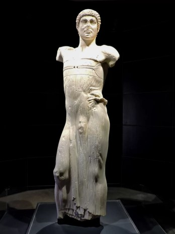 il giovinetto di Mozia è la perla del museo all'interno dell'isola di Mozia: La statua raffigura una figura maschile (un efebo) panneggiata, forse un auriga di scuola greca, fu probabilmente portata nell'isola di Mozia dai Cartaginesi dopo che ebbero saccheggiato Selinunte nel 409 a.C.