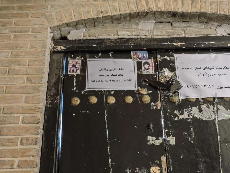 Porta all'interno del bazar di Shiraz con immagini di martiri di guerra iraniani