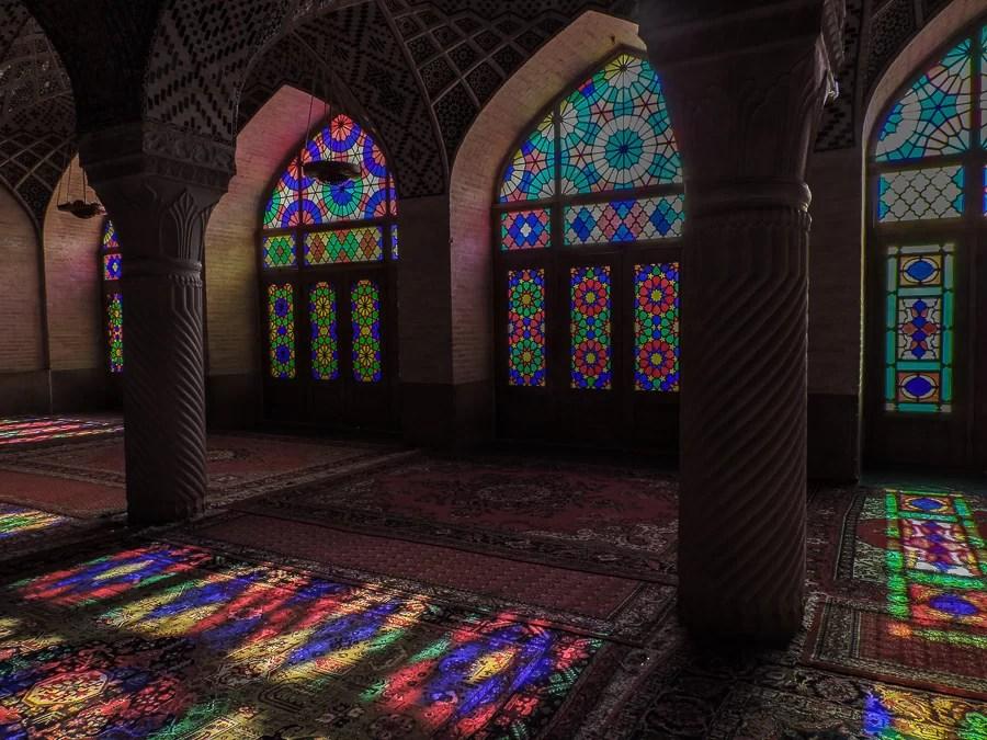 L'interno della Nasir al-Molk Mosque al mattino