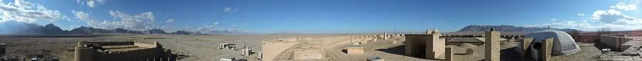 Una panoramica sui dintorni dello Zein-o-Din caravanserai con il vicino forte