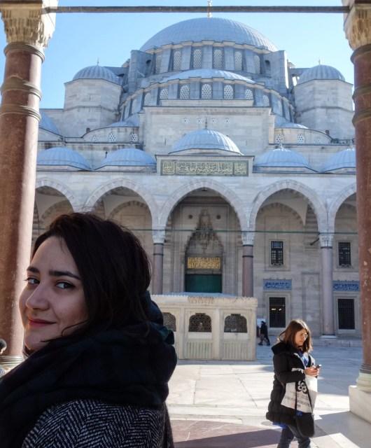 Alle all'ingresso della moschea Suleymaniye