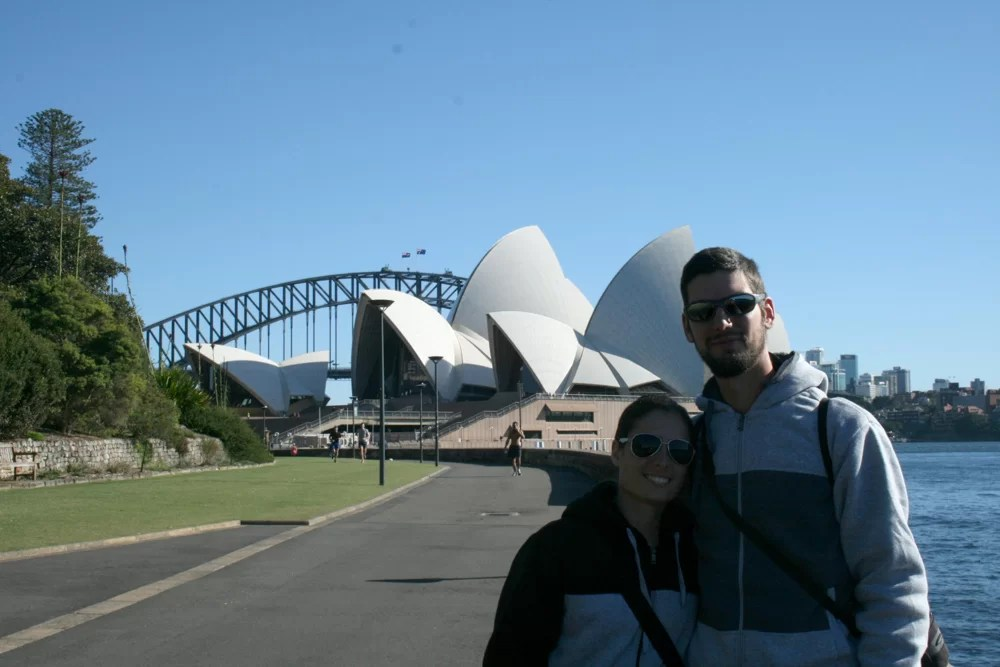 Lisa e J a Sidney, davanti all'iconica Opera House