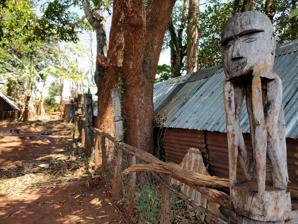 Statue tradizionali del cimitero Banar. Ritraggono il defunto. Nel post che scriveremo vi parleremo dei riti Janar legati alla morte a Kon Tum
