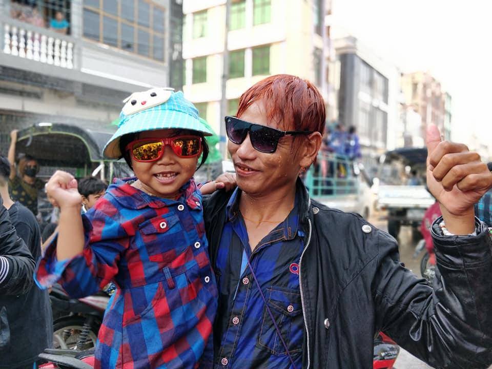 La nuova generazione di birmani a Mandalay in Myanmar