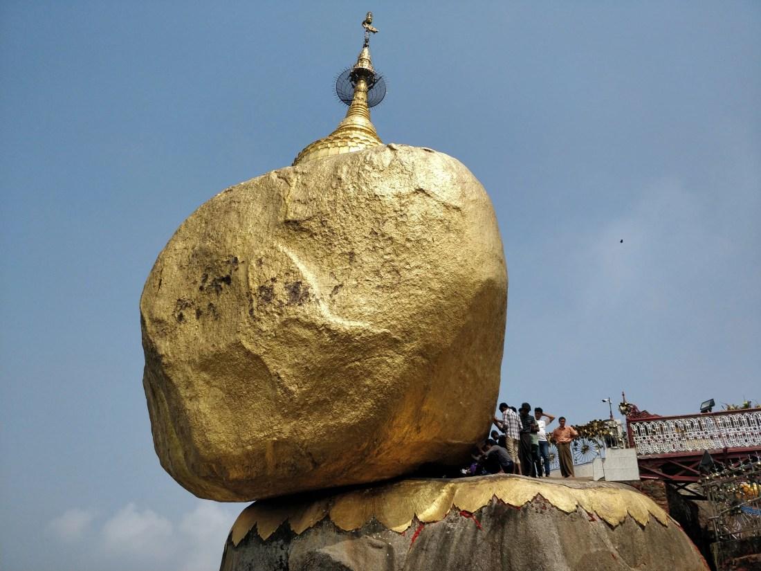La famosa Golden rock a Kyatkyo in Myanmar vista da sotto