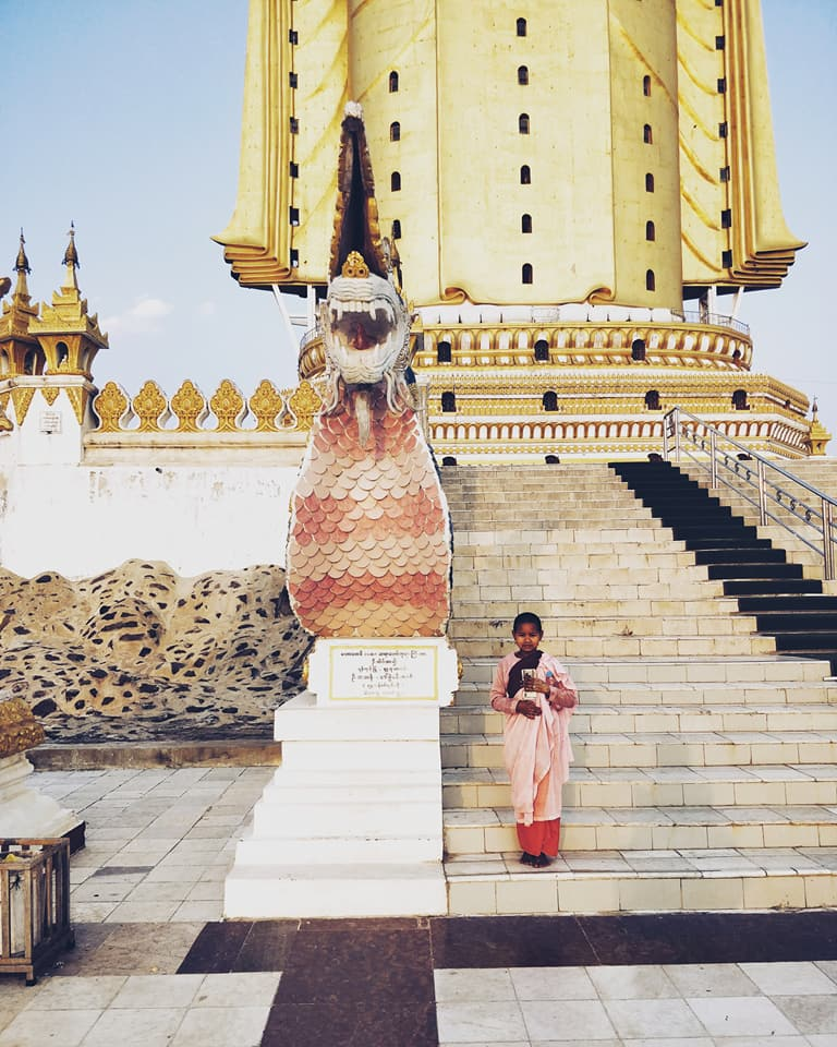 Maha Bodhi Htaung vicino monywa con una piccola monaca