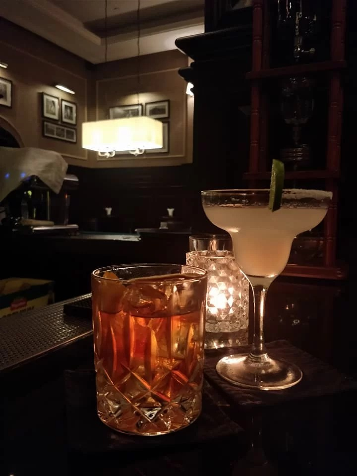 Old fashioned e Margarita al Sarkies Bar dello Strand Hotel a Yangon