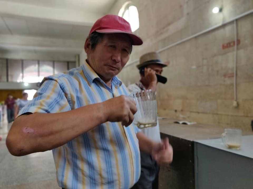 Un simpatico signore ci invita a bere come fa lui lo SHORO, bevanda a base di grano fermentato e grasso di animale