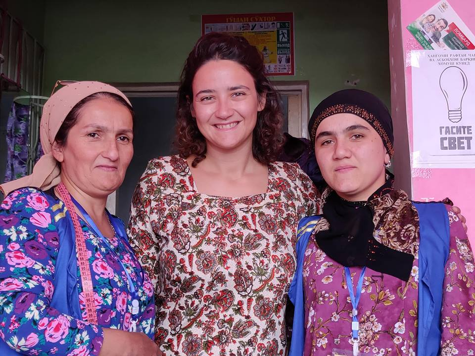 Al mercato di Korvon Alle ha cercato una stoffa per far realizzare l'abito che indossano tutte le donne e le ragazze tajike. Non si trovano pronti perché sono le sartine a realizzarli su misura! Loro sono le nostre dolcissime sartine 😁