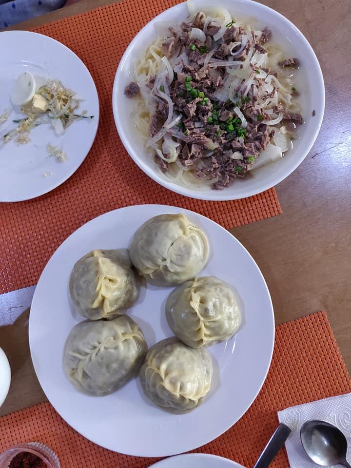 Manti (ravioloni) e beshbarmak (altro piatto della tradizione dungan tipica di Karakol in Kirghizistan