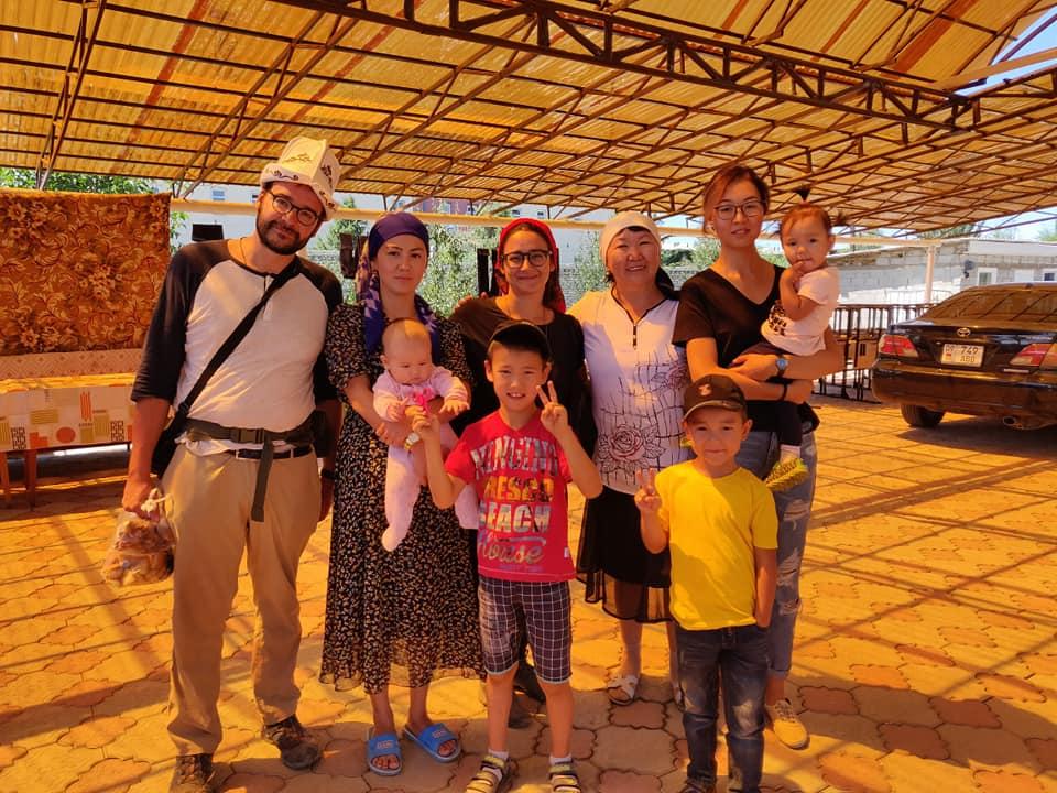 Elvira, Julia e tutta la loro famiglia a casa loro a Karakol
