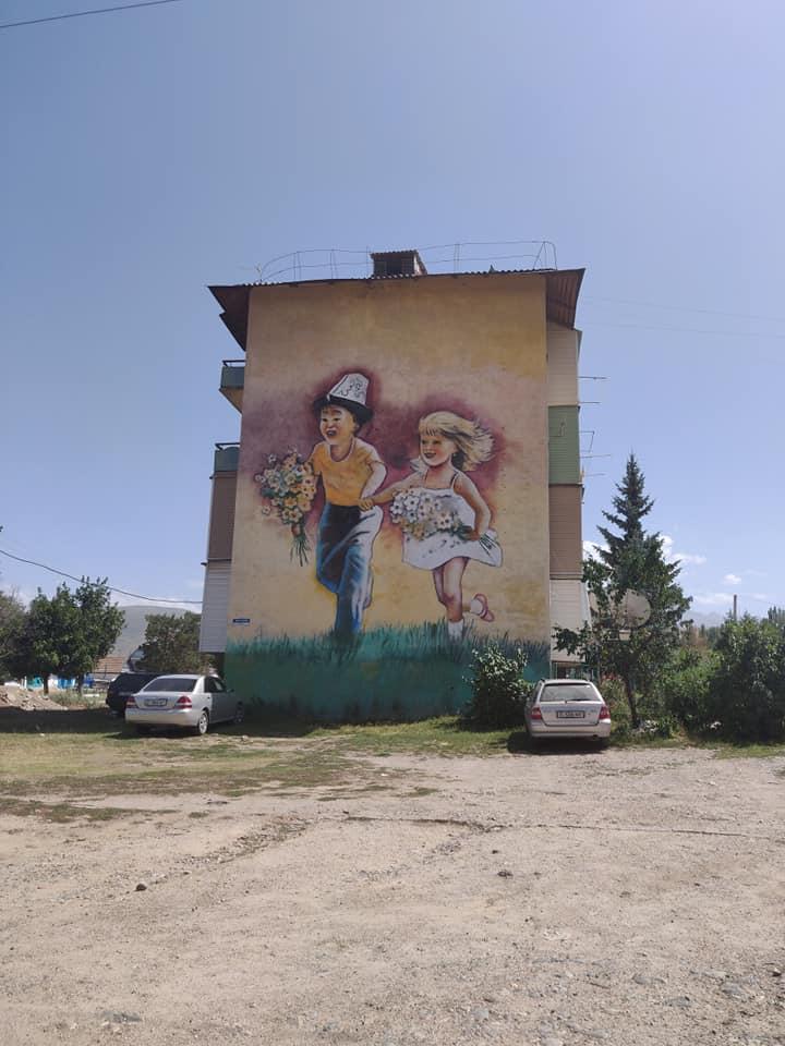 Spesso i brutti condomini sovietici hanno dei bellissimi murales che danno colore