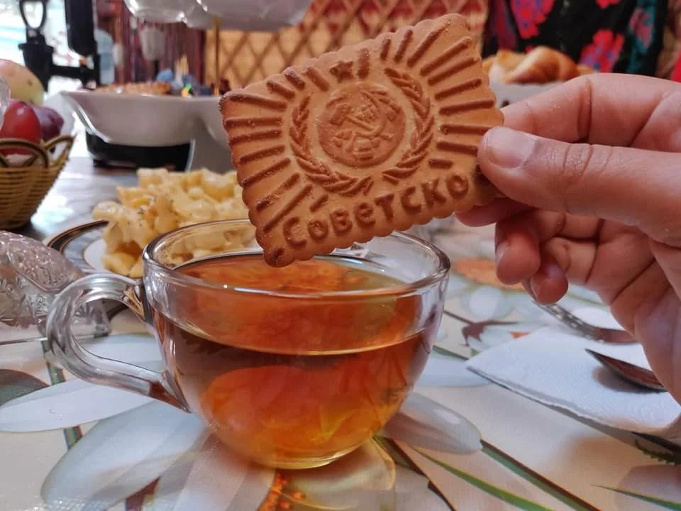 biscotti sovietici e the nella nostra guesthouse a Kyzyl-Oi