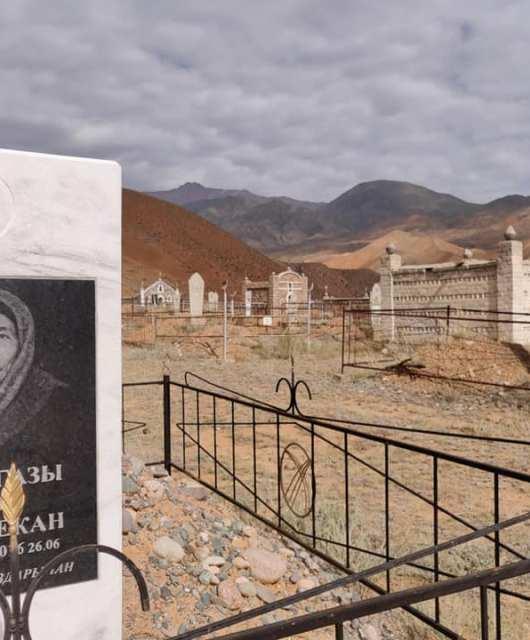Cimitero Kyrgyzo con vista a Kyzyl-Oi: i mausolei sono a forma di piccolo castello o di Yurta qui